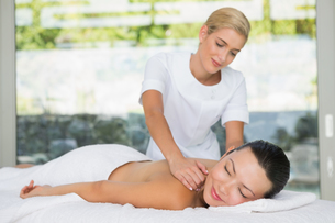 Content brunette getting a back massageの写真素材 [FYI00002239]
