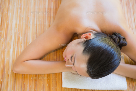 Content brunette relaxing on massage tableの写真素材 [FYI00002241]