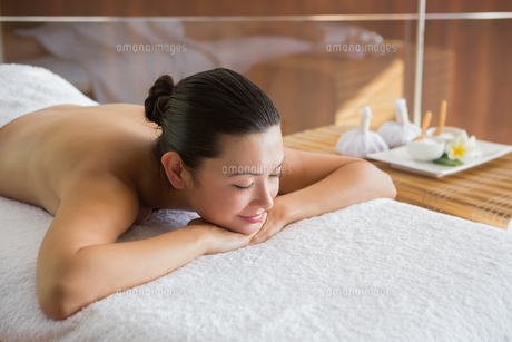 Content brunette relaxing on massage tableの素材 [FYI00002243]