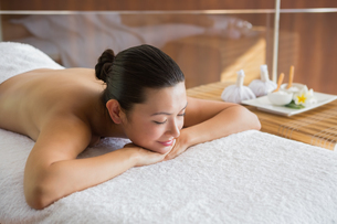 Content brunette relaxing on massage tableの写真素材 [FYI00002243]