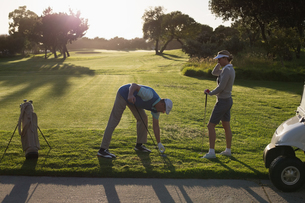 Golfing couple teeing off for the dayの写真素材 [FYI00002247]