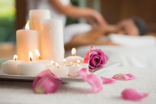 Candles and rose petals on massage tableの写真素材 [FYI00002249]
