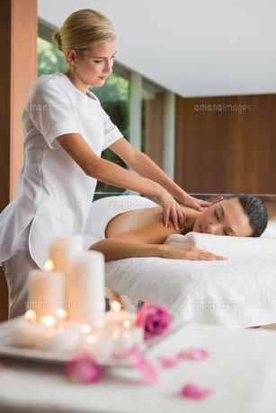 Smiling brunette getting a shoulder massageの写真素材 [FYI00002252]