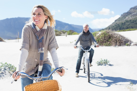 Carefree couple going on a bike ride on the beachの写真素材 [FYI00002264]