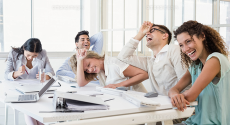 Casual business team laughing during meetingの写真素材 [FYI00002277]