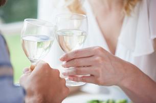 Young couple toasting with white wineの写真素材 [FYI00002282]