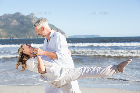 Happy couple dancing on the beach togetherの写真素材 [FYI00002284]