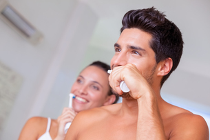 Attractive couple brushing their teeth in the morningの写真素材 [FYI00002290]