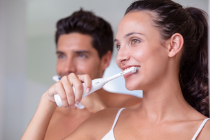 Attractive couple brushing their teeth in the morningの写真素材 [FYI00002291]