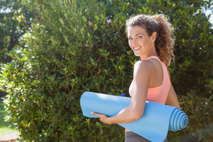 Fit woman holding exercise mat in the parkの写真素材 [FYI00002298]