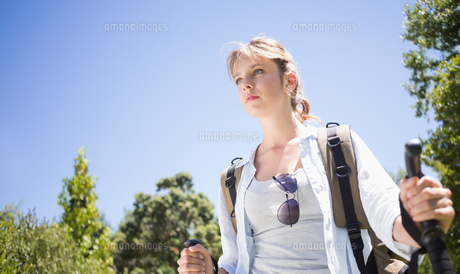 Pretty hiker with backpack walking uphillの写真素材 [FYI00002300]
