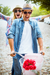 Hip young couple going for a bike rideの写真素材 [FYI00002314]
