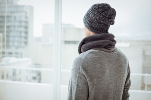 Handsome man in warm clothingの写真素材 [FYI00002320]