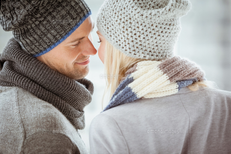 Couple in warm clothing facing each otherの素材 [FYI00002321]