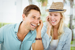 Hip young couple listening to music togetherの写真素材 [FYI00002323]