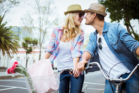 Hip young couple on a bike rideの写真素材 [FYI00002324]