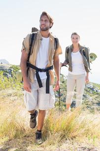 Hiking couple walking on mountain trailの写真素材 [FYI00002328]