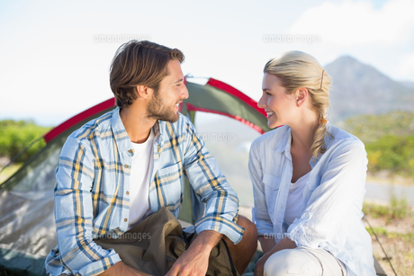 Attractive hiking couple smiling at each other outside their tentの写真素材 [FYI00002334]