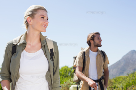Attractive hiking couple walking on mountain trailの写真素材 [FYI00002336]