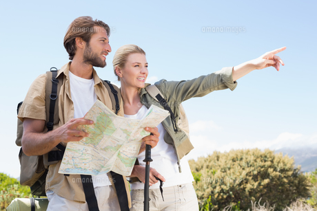Attractive hiking couple reading the map on mountain trailの写真素材 [FYI00002337]