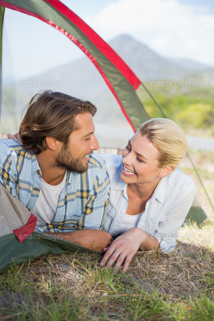 Attractive couple smiling at each other from inside their tentの写真素材 [FYI00002338]