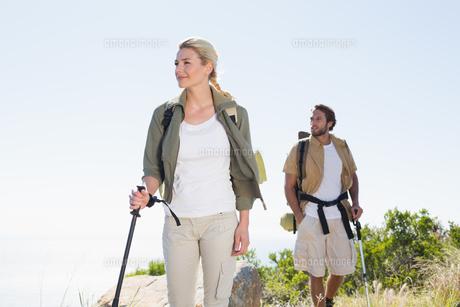 Attractvie hiking couple walking on mountain trailの写真素材 [FYI00002341]
