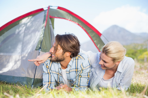 Attractive couple lying in their tent looking at somethingの写真素材 [FYI00002345]
