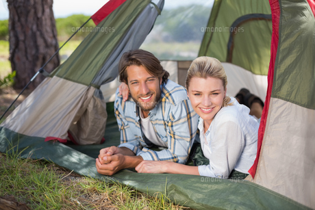 Attractive couple lying in their tent smiling at cameraの写真素材 [FYI00002346]