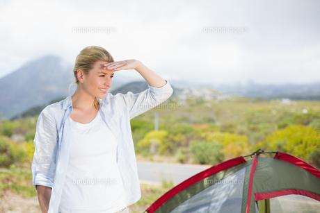 Attractive blonde standing by tent looking aroundの写真素材 [FYI00002354]
