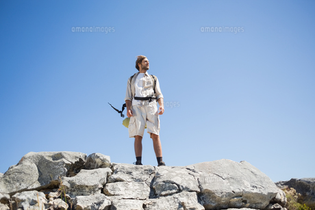 Handsome hiker standing at the summit looking aroundの写真素材 [FYI00002367]