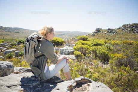 Pretty hiker sitting at the summitの素材 [FYI00002368]