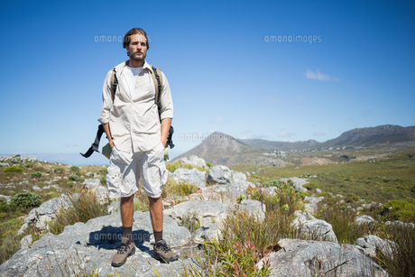 Handsome hiker standing at the summitの写真素材 [FYI00002377]