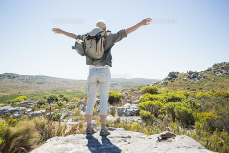 Hiker standing at the summit with her arms outの写真素材 [FYI00002378]