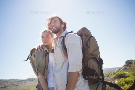 Hiking couple standing on mountain terrain smilingの写真素材 [FYI00002380]