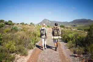 Hiking couple walking on mountain terrainの素材 [FYI00002388]