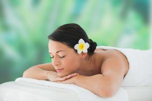 Beautiful brunette relaxing on massage tableの写真素材 [FYI00002395]