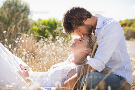 Attractive couple relaxing in the countrysideの写真素材 [FYI00002396]