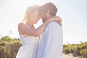 Attractive couple embracing by the roadの写真素材 [FYI00002397]