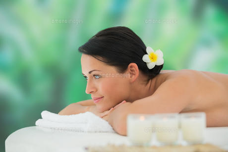 Beautiful brunette relaxing on massage tableの写真素材 [FYI00002399]