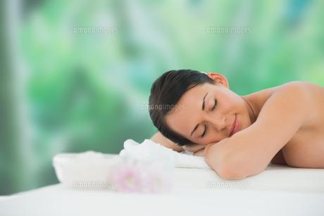 Beautiful brunette relaxing on massage tableの写真素材 [FYI00002400]