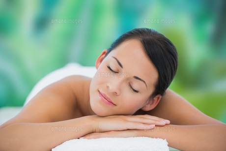 Beautiful brunette relaxing on massage tableの写真素材 [FYI00002401]