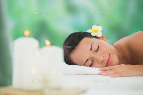 Beautiful brunette relaxing on massage tableの素材 [FYI00002402]