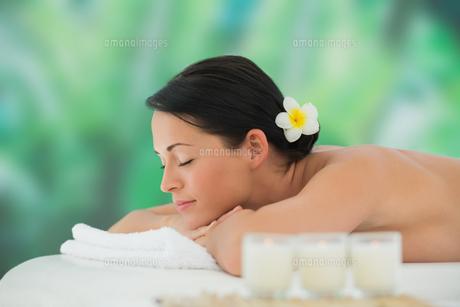 Beautiful brunette relaxing on massage tableの写真素材 [FYI00002403]