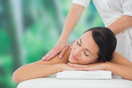 Beautiful brunette enjoying a back massageの写真素材 [FYI00002406]