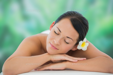 Beautiful brunette relaxing on massage tableの写真素材 [FYI00002408]