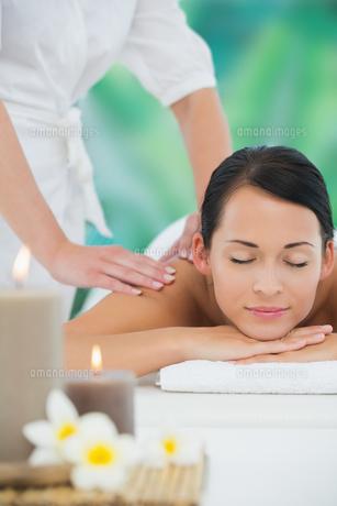 Beautiful brunette enjoying a back massageの写真素材 [FYI00002410]