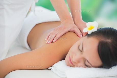 Beautiful brunette enjoying a back massageの写真素材 [FYI00002412]