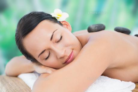 Beautiful brunette enjoying a hot stone massageの写真素材 [FYI00002415]
