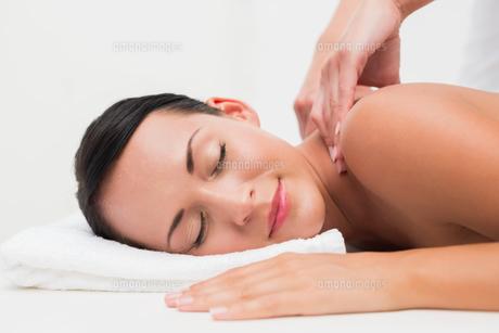 Beautiful brunette enjoying a back massageの写真素材 [FYI00002418]