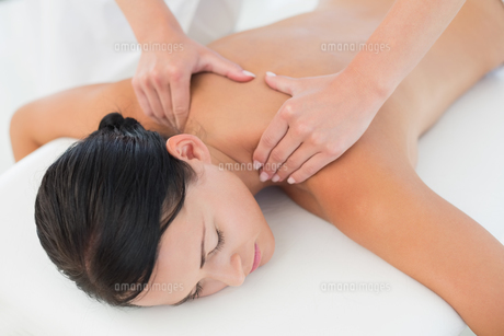 Beautiful brunette enjoying a back massageの写真素材 [FYI00002422]